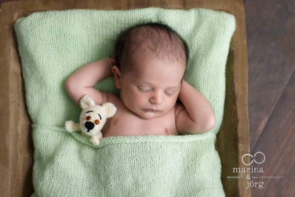 Marina und Jörg, Babyfotografen Gießen - entspanntes Neugeborenen-Fotoshooting zu Hause bei einer Familie in Wetzlar: besondere