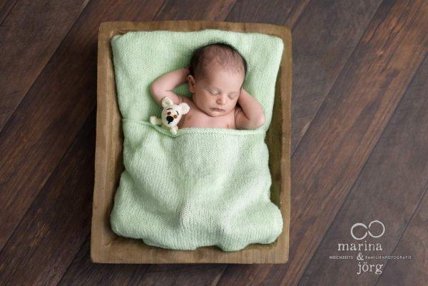 Marina und Jörg, Babyfotografen Gießen - entspanntes Newborn-Homeshooting bei einer Familie in Wetzlar: besondere Babyfotos