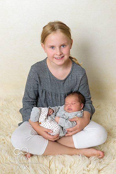 Natürlich darf ein Bild mit dem Geschwisterkind nicht fehlen - Neugeborenen-Fotoshooting in Marburg