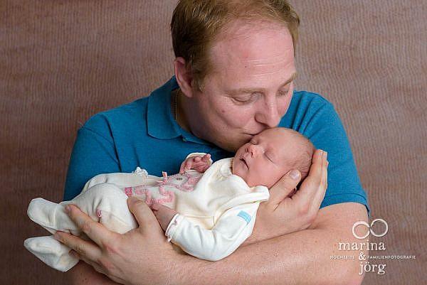 Familienfotos mit neugeborenem Baby professionell und ganz entspannt zu Hause machen lassen - die mobilen Babyfotografen für Marburg