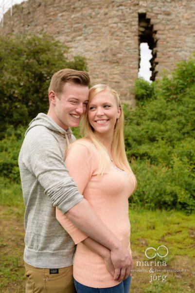 Marina und Jörg, Hochzeitsfotografen Gießen: Paar-Fotoshooting bei der Burgruine Frauenberg bei Marburg - natürliche Paarportraits