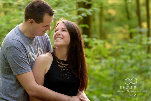 moderne Paarfotos in Wetzlar - Paar-Fotoshooting vor der Hochzeit