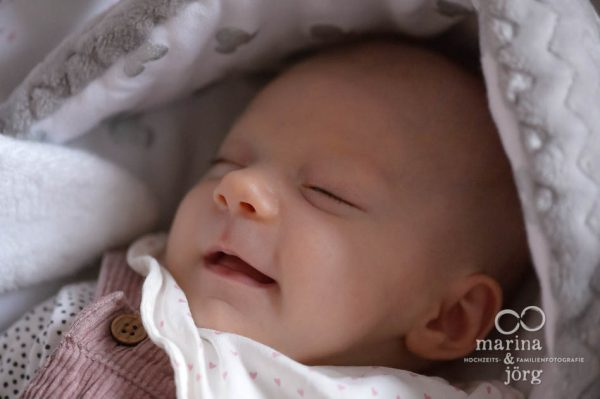 Babyfotograf Marburg: natürliche und ungestellte Babyfotos entstanden bei einer professionellen Homestory