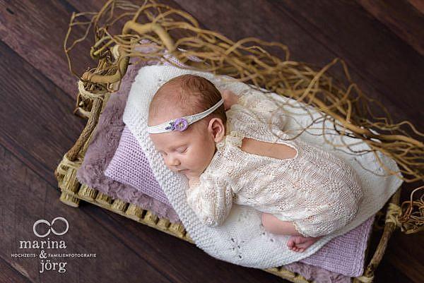 mobiler Neugeborenenfotograf Marburg - professionelle Babyfotos, entspannt bei den Eltern zu Hause