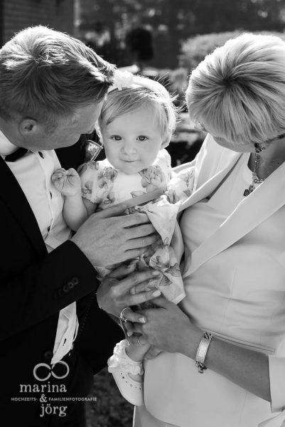 natürliche professionelle Familienfotos, die für euch von Bedeutung sind: Familienreportage bei einer Taufe mit Marina & Jörg - Familienfotografie Marburg