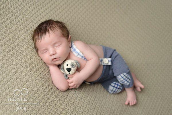 professionelle Neugeborenen-Fotos entspannt zu Hause in Giessen - newborn photography