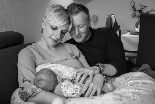 Marina & Jörg, Babyfotografen für Marburg: Bei einer Homestory entstehen ganz natürliche, ungestellte Neugeborenenfotos. Professionell und bequem zuhause