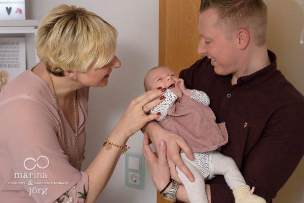 Neugeborenenfotograf für Marburg: Bei einer Homestory entstehen ganz natürliche, ungestellte Neugeborenenfotos. Professionell und bequem zuhause