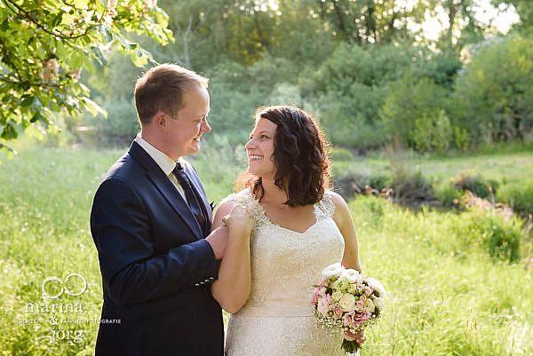 romantische Paarfotos ganz entspannt nach einer Hochzeit bei Gießen- After-Wedding-Fotoshooting