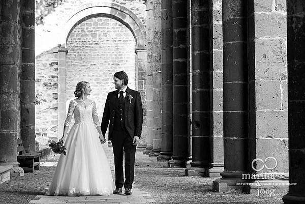 romantische Paarfotos ganz entspannt nach einer Hochzeit bei Gießen - After-Wedding-Fotoshooting im Kloster Arnsburg, Lich