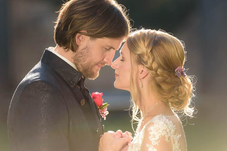 romantische Paarfotos ganz entspannt nach einer Hochzeit bei Marburg: After-Wedding-Fotoshooting