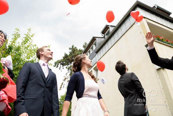 Marina und Joerg, Hochzeitsfotografen Giessen: Hochzeitreportage in Giessen - Luftballons steigen lassen