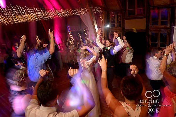 Geniale Stimmung bei der Hochzeit: Brautpaar rockt seine Hochzeits-Party - ganztägige Hochzeitsreportage in einer tollen Hochzeitslocation, der Eventscheune im Landhotel Waldhaus in Laubach