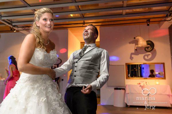 Fotografen-Paar Marina und Joerg aus Giessen: Brautpaar hat Spass bei der Hochzeitsfeier (ganztaegige Hochzeitsreportage bei Bern)