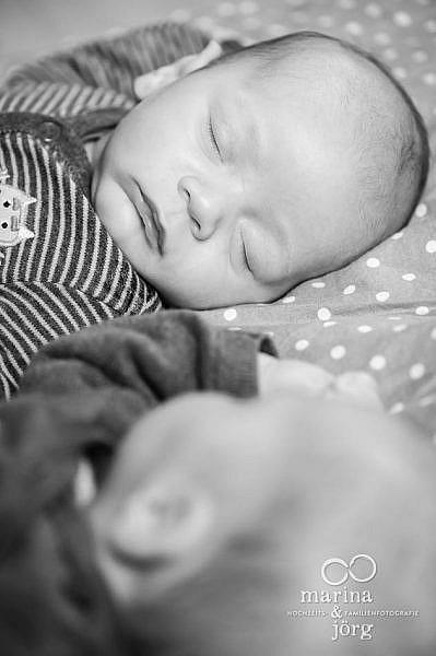 Babyfotograf Wetzlar - ungestelltes Babyfoto entstanden bei einem Zwillings-Fotoshooting