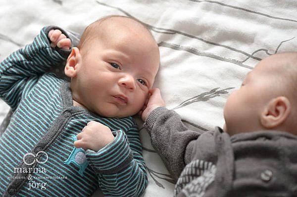 ungestellte Zwillings-Babyfotos von den Familienfotografen Gießen