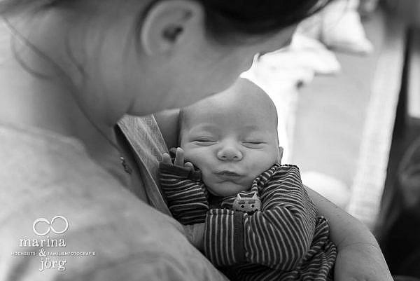 ungestellte, zeitlose und echte Babyfotos - bei einer Familien Homestory geht es darum Erinnerungen festzuhalten