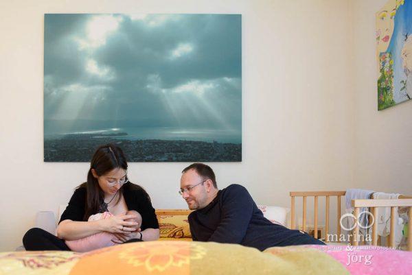 Neugeborenen-Homestory bei Gießen: ungestellte Babyfotos