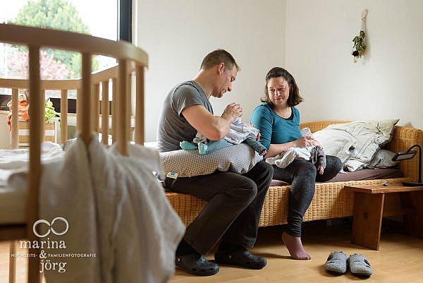 ungestellte Babyfotos entstanden bei einer Neugeborenen-Homestory mit süßen Zwillingen bei Wetzlar - Familienreportage