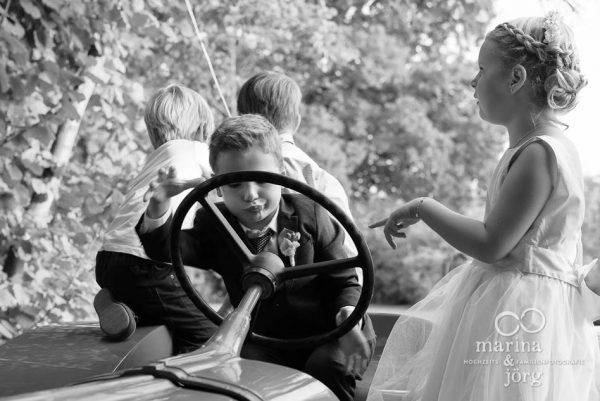 Marina und Joerg - Hochzeitsfotografen Giessen: spielende Kinder bei einer Hochzeit im Hofgut Dagobertshausen bei Marburg