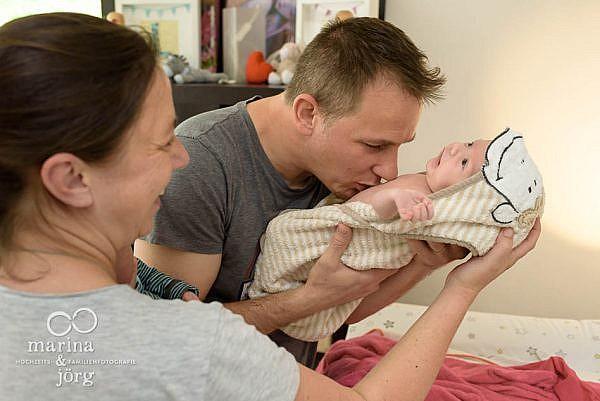 ungestellte Neugeborenenfotos - Familien Homestory bei Wetzlar