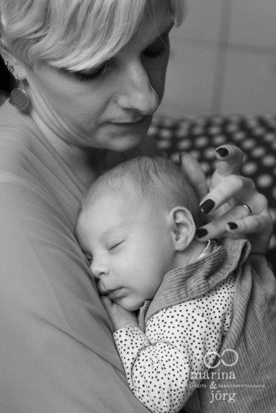 ungestellte Babyfotos einer Neugeborenenreportage - emotional und natürlich - Marina & Jörg, Babyfotografen für Marburg
